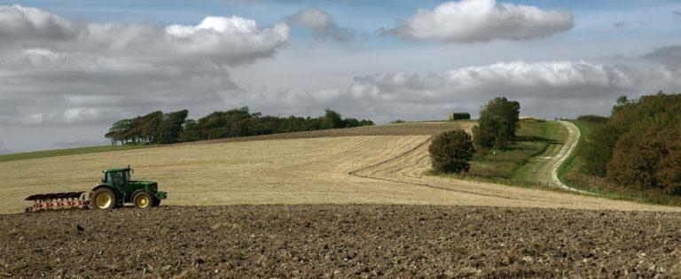 Credit de dezvoltare pentru fermieri, impozit zero pe terenurile agricole lucrate